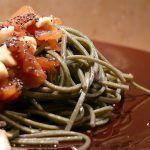 Soba con salmone alla salsa di soia, mandorle e semi di papavero