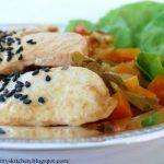 Pollo teriyaki con sesamo nero e dadolata di verdure