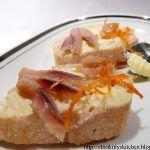 Crostini con filetti di aringa affumicata e arancia