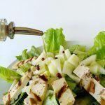 Insalata con tofu alle olive grigliato, melone bianco e pepe rosa
