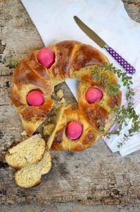 Tsoureki o pane greco di Pasqua con uova rosse