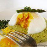 Uovo morbido su hamburger di asparagi e timo