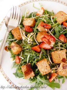 Insalata con tofu rosso e fragole, al balsamico.