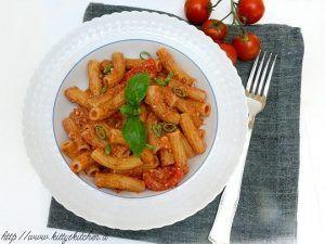 Maccheroni con salsa al pomodoro, ricotta e olive