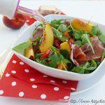 Insalata di pomodori e pesche con prosciutto