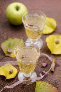 Punch caldo alle mele con rose e spezie