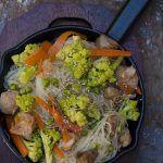 Spaghetti di riso con verdure e maiale