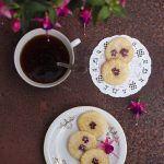 Biscotti da tè con fiori eduli