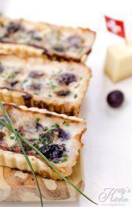 Crostatine con uva e Gruyère
