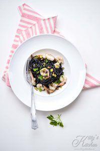 Spaghetti al nero di seppia gamberi e pistacchi