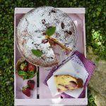 Torta allo yogurt, fragole e basilico