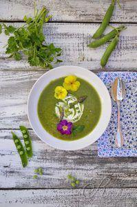 Vellutata di verdure di primavera, fiori e aglio nero