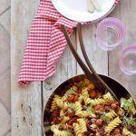 Pasta fredda con pomodori confit, olive e shiso
