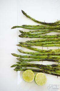 Asparagi alla griglia con pollo, avocado e lime