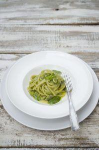 Spaghettoni con fave, menta e liquirizia